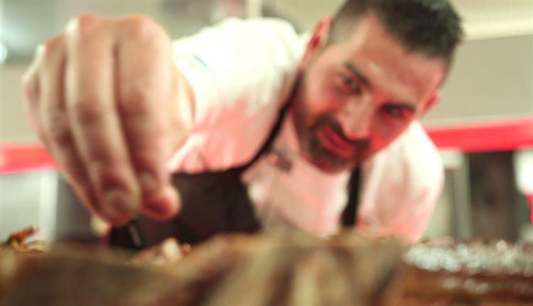 מפתיע עם מנות מקוריות ומרעננות. השף מקס פרננד בפעולה (צילום: ערן פז)