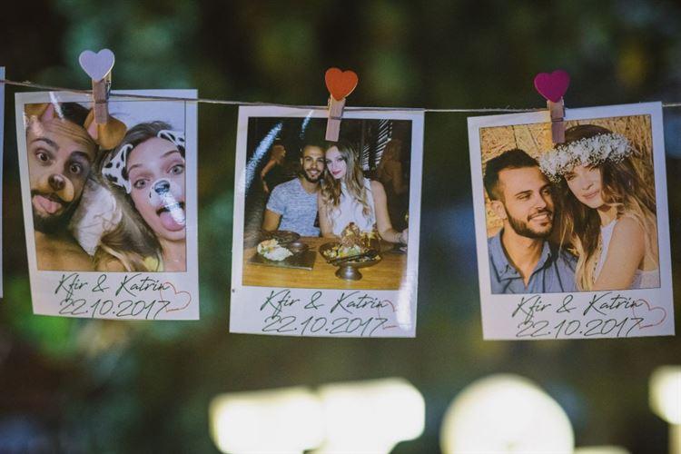 כ-300 תמונות חיכו לאורחים בגן האירועים שמיים וארץ ביום החתונה של קטרין ווסקובויניקוב וכפיר מואיס (צילום: ירין טורנוס)