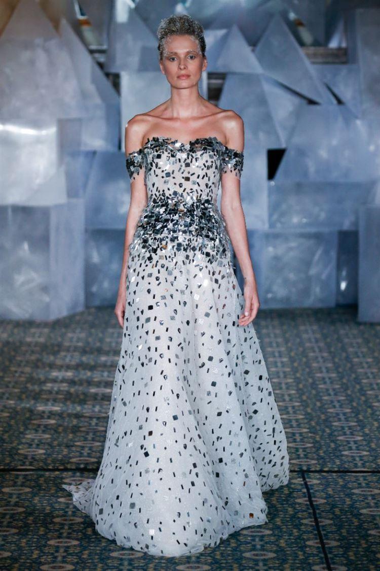 מי אמר ששמלת כלה חייבת להיות לבנה? מירה צבילינגר יוצרת את השילוב המיוחד (צילום: DAN LECCA)