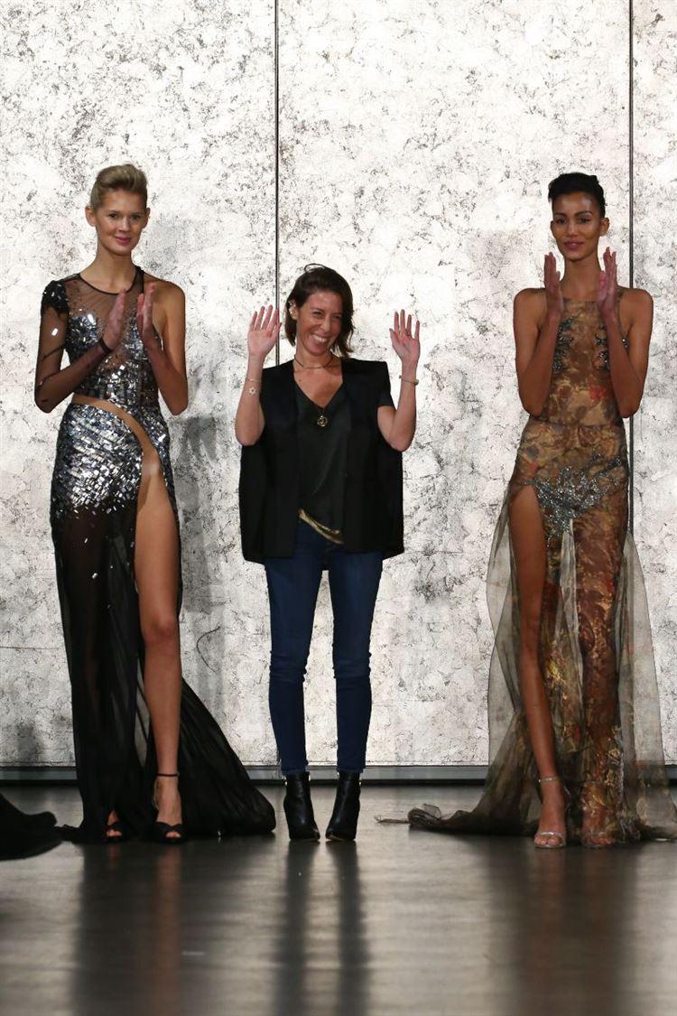 ענבל דרור עם התסרוקת המוכרת בתצוגת אופנה בינלאומית (צילום: יחצ)