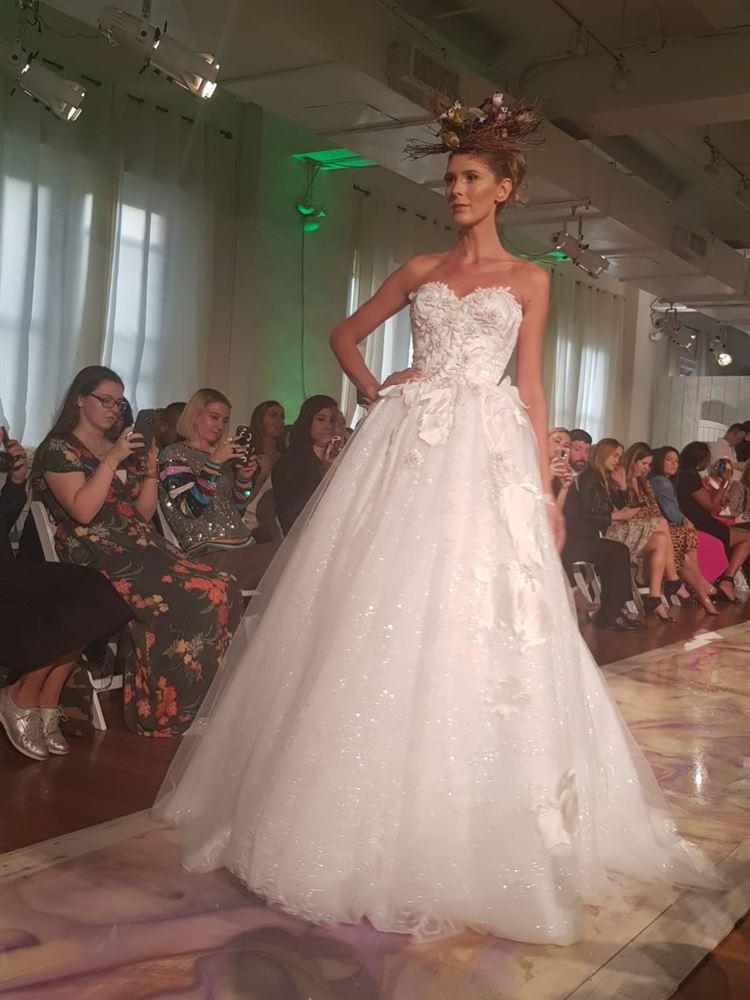 שמלת כלה עוצרת נשימה מתוך תצוגת האופנה של דני מזרחי בשבוע האופנה לכלות בניו יורק (צילום: וואלה! מזל טוב)