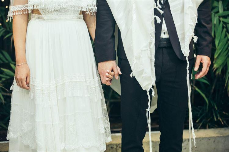 מחזיקים ידיים ברגע הגדול. החתונה של חן זכריה ואילון מישאל (צילום: שיצו צלמים)